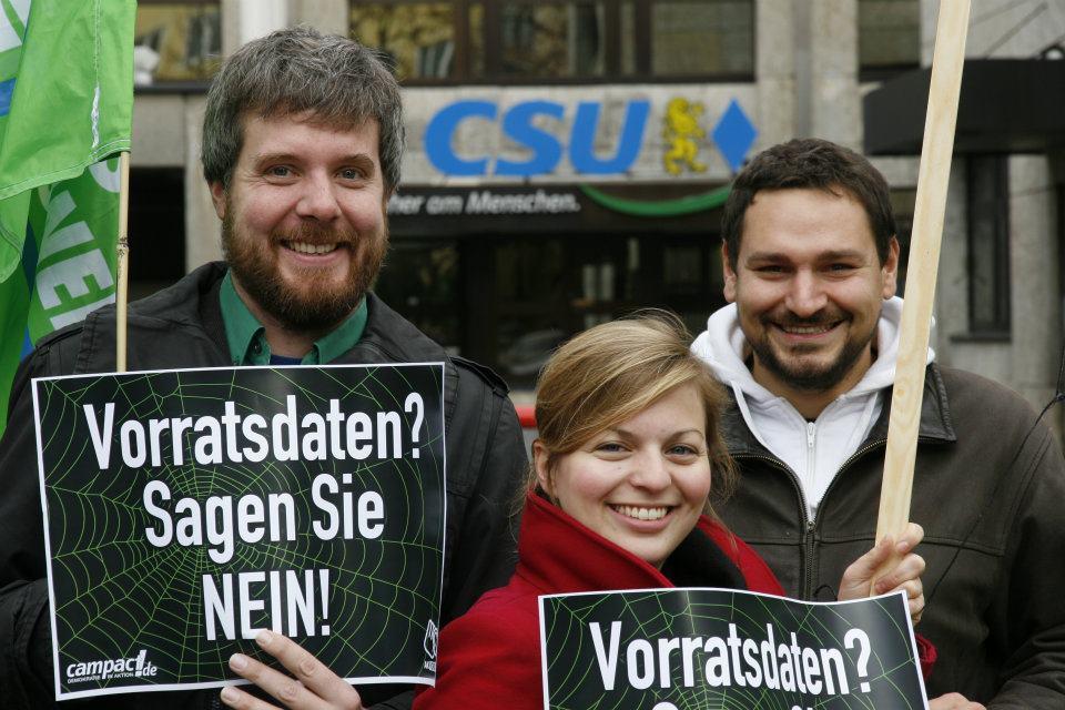 Dieter Janecek, Landesvorsitzender der Bayerischen Grünen und Thomas Pfeiffer und Katharina Schulze von den Münchner Grünen protestieren vor der CSU Zentrale gegen die Vorratsdatenspeicherung . (Foto: Markus Feilner)
