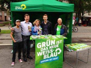 Morgenstund hat Gold im Mund: Das Grünes Team beim Aufbau des Infostands