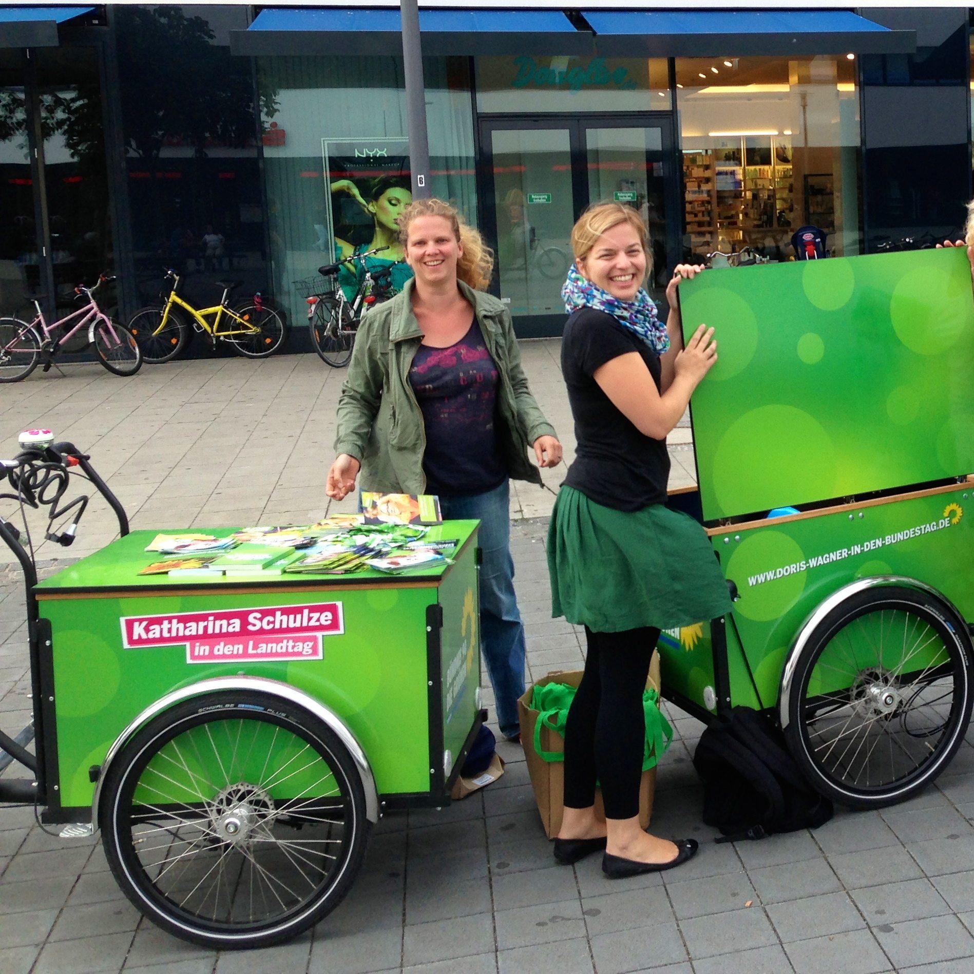 In die schicken Mobilen-Infostand-Fahrräder von Doris und mir passt das Material prima hinein!
