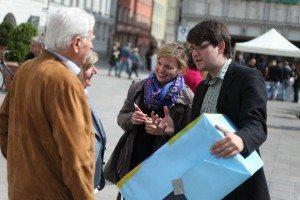 Katharina Schulze und Johannes Becher im Gespräch mit PassantInnen