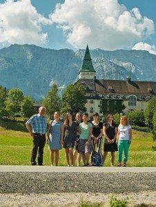 Grüne Delegation um Katharina Schulze, MdL vor dem Schloss Elmau, Tagungsort des G8-Gipfels 2015
