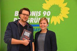 Katharina Schulze mit dem Journalisten und Buchautor Christian Fuchs