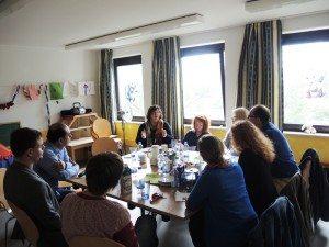 Christine Kamm im Gespräch mit Helfern und Betreuern in der Gemeinschaftsunterkunft