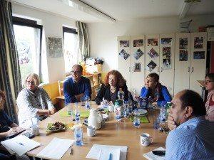 Margarete Bause und Katharina Schulze mit Helfern und Betreuern in der Gemeinschaftsunterkunft