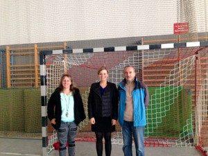Katharina Schulze mit Geschäftsführerin Heike Brandtner und Ehrenpräsident Günther Wagner beim TSV Milbertshofen