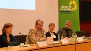 Katharina Schulze auf dem Podium zur Erinnerungskultur