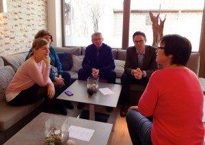 Katharina Schulze, Jutta Koller, Horst Staimer, Holger Langebröker und Maria Hemmerlein (v.l.) in der Vereinsgaststätte zur Diskussionsrunde