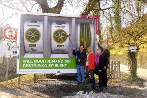 Katharina Schulze enthüllt Plakat zum vierten Jahrestag des Unglücks von Fukushima in Herrsching