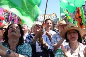 Claudia Roth und Ludwig Hartmann auf der G7-Demo © Grüne Bayern