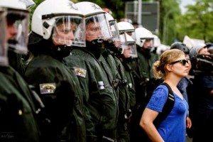 Katharina Schulze beobachtet die G7-Demo in Garmisch © Leo Simon