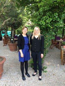 Katharina Schulze im Restaurantgarten des Prinz Myshkin mit der Leiterin Frau Veth