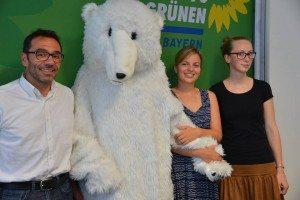 Fürchten um die Existenz des Demo-Eisbären- Armin Bohnert (PolizeiGrün e.V), Kathrina Schulze und Eva Lettenbauer (Grüne Jugend)