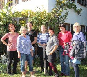 Gisela Sengl, Katharina Schulze und örtliche Grüne auf dem Biohof Grenzebach