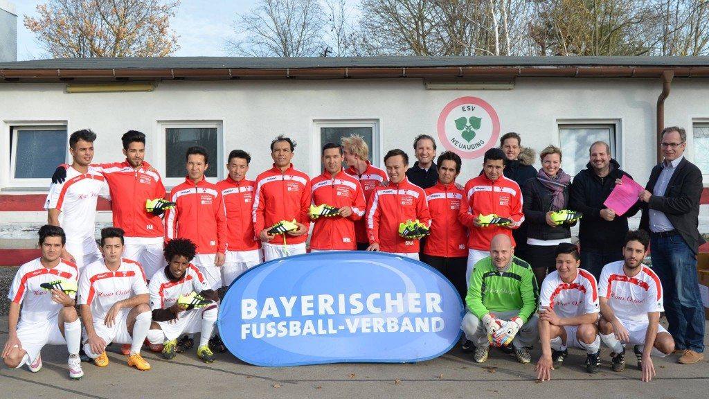 Die Flüchtlingsmannschaft des ESV Neuaubing mit Organisator Olav Butterbrod, Bernhard Slawinski vom Fußballverband und Katharina Schulze