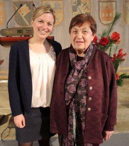 Katharina Schulze gratuliert Anne Weiß vom Clean Projekt Neuhausen