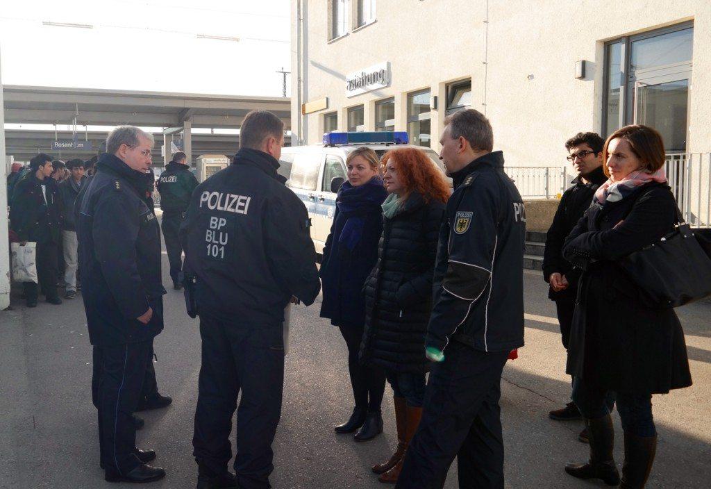 Am Bahnhof in Rosenheim: Bundespolizei erklärt Prozedere