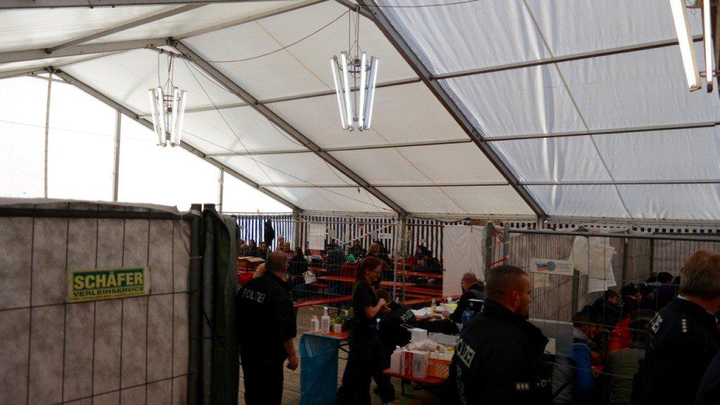 Hier werden 50 Flüchtlinge pro Stunde registriert und versorgt