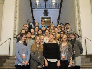 Katharina Schulze mit ReferendarInnen, SchülerInnen und der Seminarleiterin Doris Dengl-Wittemer vom Gymnasium Neubiberg