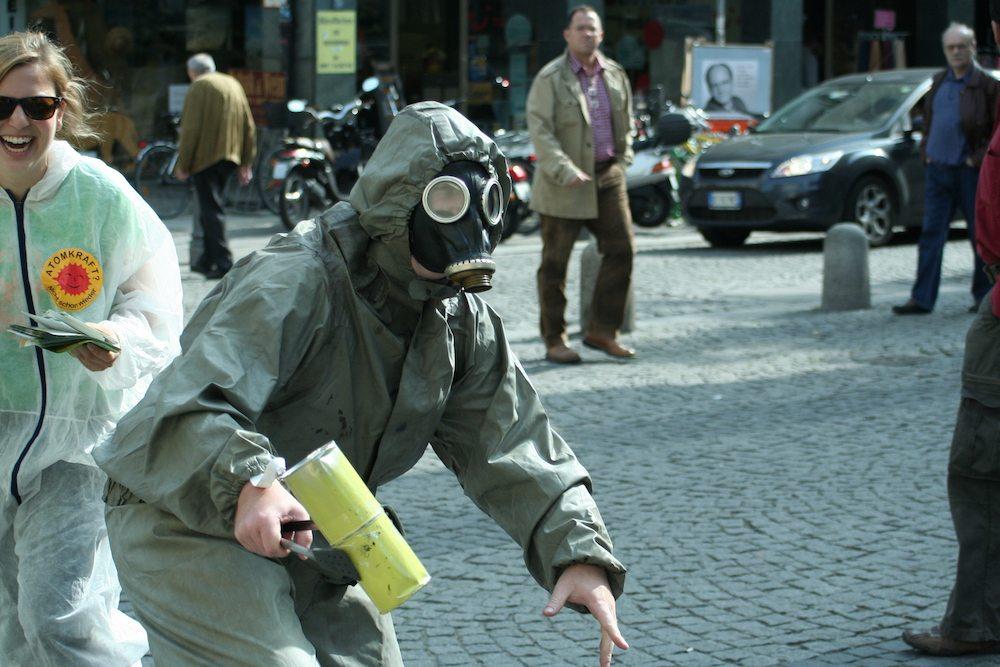 Flyer verteilen gegen Atomenergie am Sendlinger Tor in München