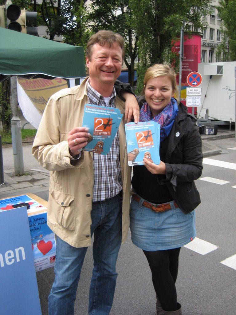 Christian Hirneis und Katharina Schulze auf der Straße