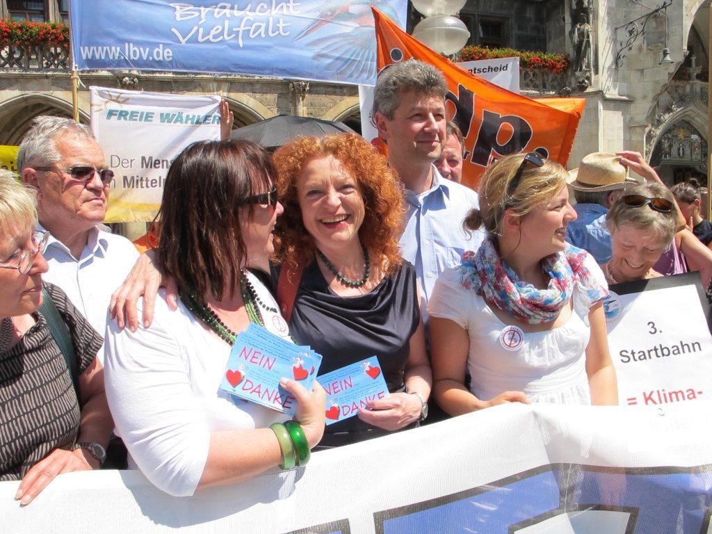 Helga Stieglmeier, Fraktionsvorsitzende Margarete Bause und Katharina Schulze freuen sich über den gewonnen Bürgerentscheid.