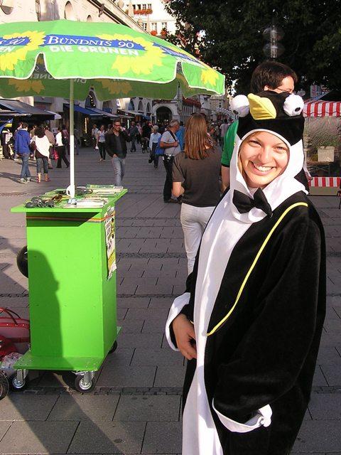Katharina Schulze informiert als Pinguin verkleidet über die Gefahren des Klimawandels