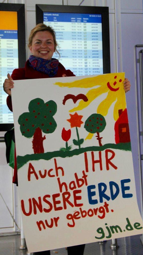 Katharina Schulze protestiert mit urgrünem Plakat am Münchner Flughafen gegen die Dritte Startbahn