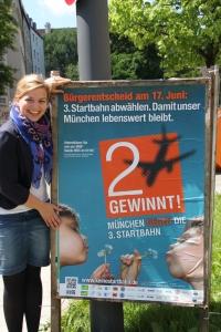 """Katharina Schulze präsentiert das Plakat zur """"Zwei gewinnt""""-Kampagne zum Bürgerentscheid München"""