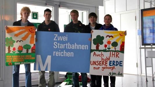Die Grüne Jugend protestiert am Flughafen gegen die Ausbaupläne
