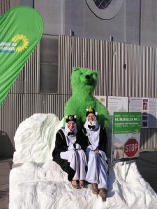 Klimaschutz Aktion: Stadtvorsitzende Hannah Sammüller und Katharina Schulze als Pinguine