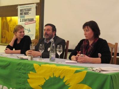 Podiumsdiskussion: Gegen die Dritte Startbahn informieren Katharina Schulze, Christian Magerl und Helga Stieglmeier.
