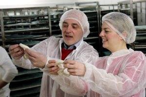 Katharina Schulze mit dem Geschäftsführer der Bio-Bäckerei Mauerer, Matthias Kamrau.