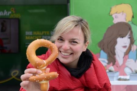 Seit 100 Jahren dürfen Frauen wählen. Das feiern wir, mit einem großen mobilen Infostand in ganz Bayern und Feminismus-Brezn!