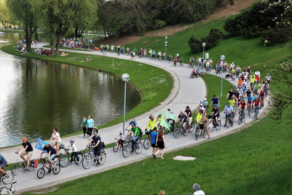 Tausende Radlerinnen und Radler im Olympiapark | Fotograf Werner Müller