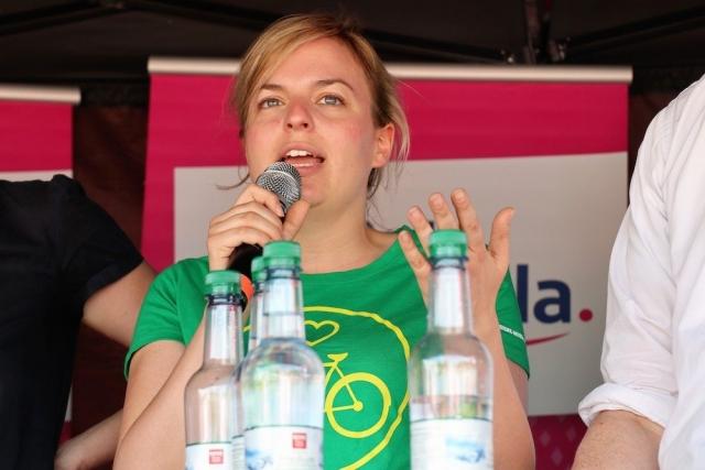 Katharina Schulze diskutiert auf der Podiumsdiskussion im Olympiapark | Fotograf Werner Müller