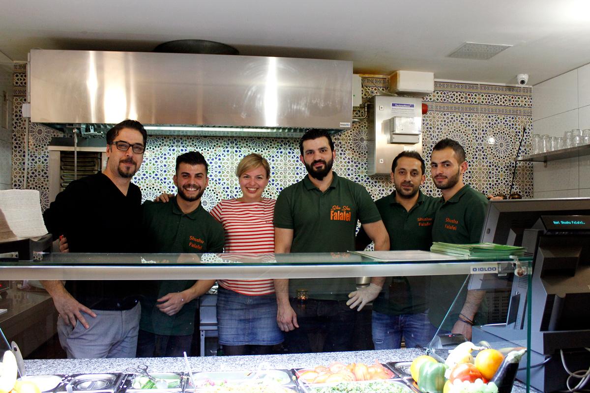Das Team von Shushu Falafel in Augsburg mit Katharina Schulze