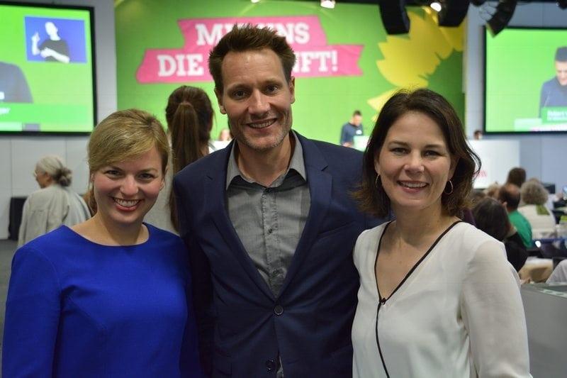 Spitzenduo der Grünen Katharina Schulze und Ludwig Hartmann mit Parteichefin Annalena Baerbock auf dem Parteitag in Hirschaid.