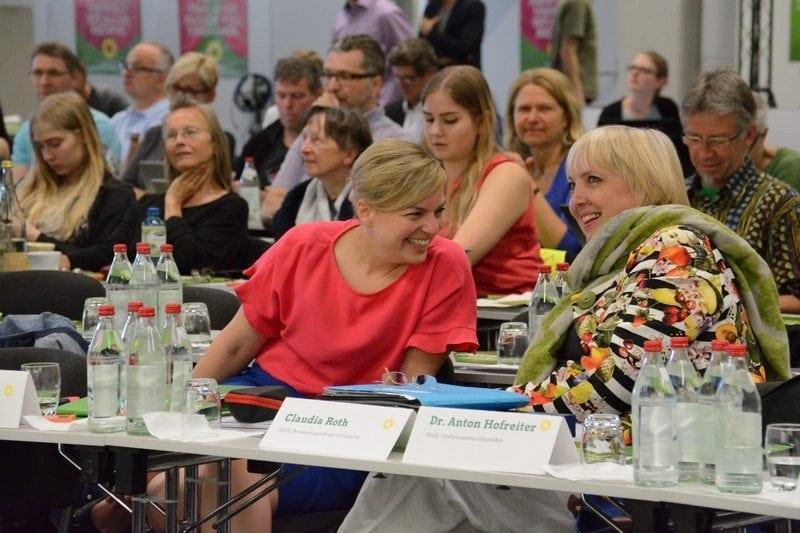 Katharina Schulze im Gespräch mit Claudia Roth, Bundestagsvizepräsidentin.