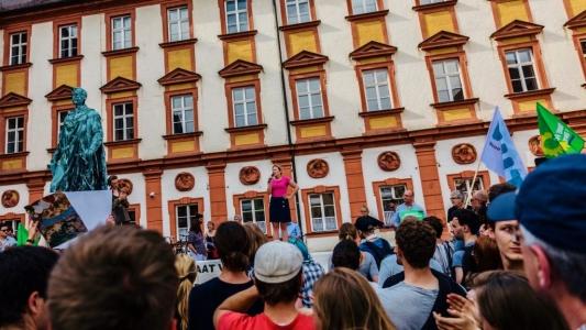 Katharina Schulze spricht auf der #noPAG-Demo in Bayreuth.