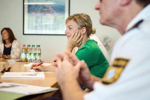 Katharina Schulze im Gespräch mit VertreterInnen der Bayerischen Bereitschaftspolizei | Copyright: Dennis Williamson