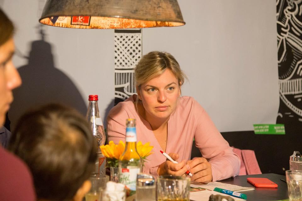 Katharina Schulze diskutiert mit Alleinerziehenden über ihre Anliegen.