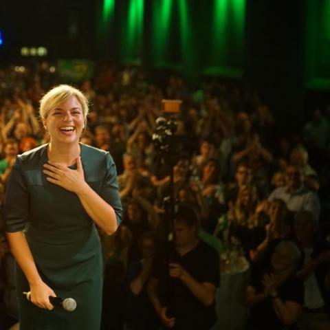Katharina Schulze bedankt sich auf der grünen Wahlparty bei allen Ehrenamtlichen und Hauptamtlichen, die den Wahlerfolg ermöglicht haben.