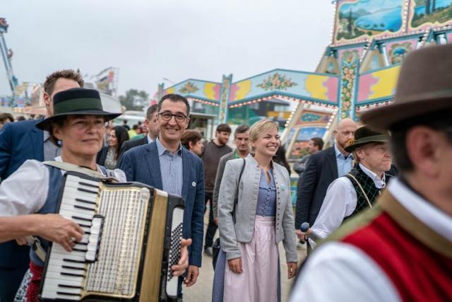 Ludwig Hartmann, Cem Özdemir und Katharina Schulze werden von der Kapelle ins Zelt geführt. | Foto: Dennis Williamson