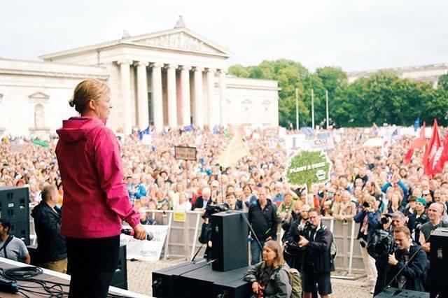 """Juli: in München demonstrierten 30.000 Menschen bei der """"ausgehetzt-Demo"""". Ich durfte für die Grünen sprechen."""