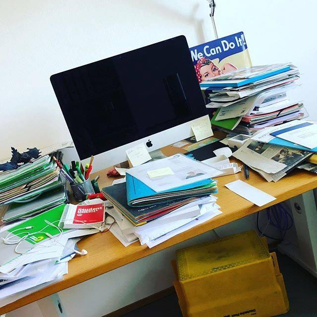 Juli: viel unterwegs, chaotischer Schreibtisch. Gehört zum Wahlkampf dazu!