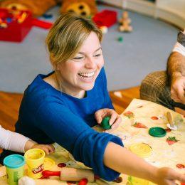Katharina Schulze besucht Münchener Kindertagesstätte