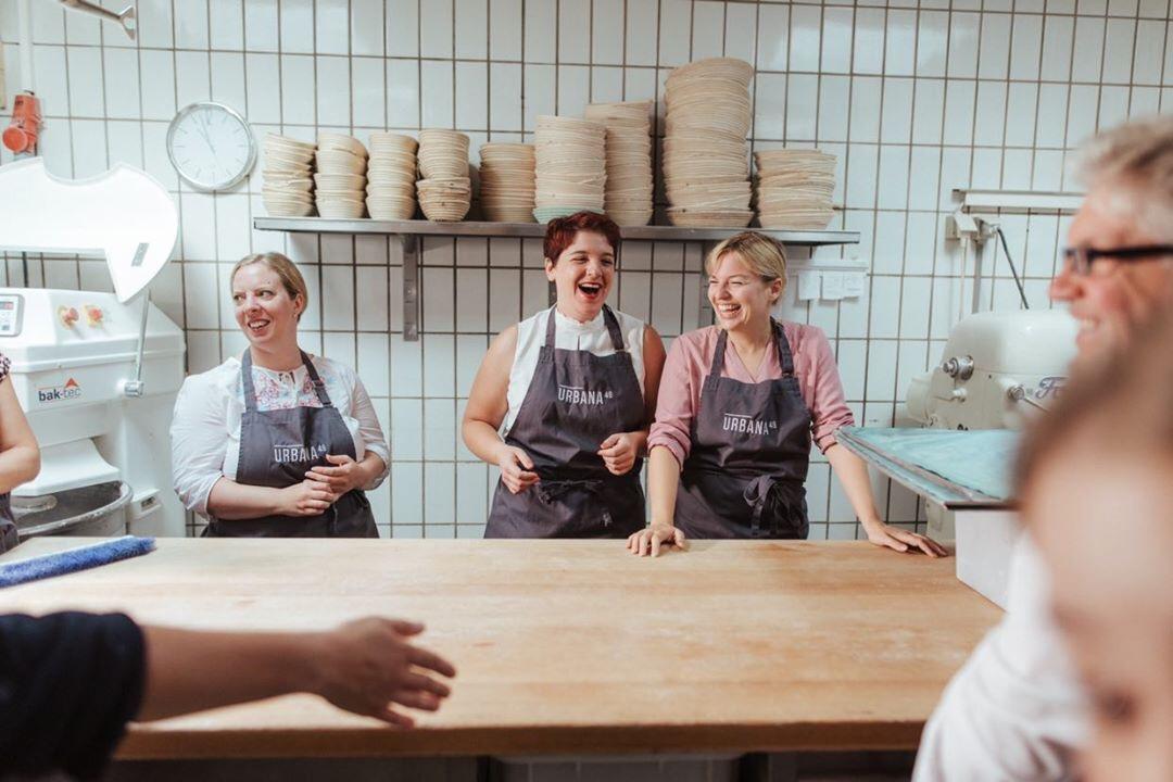 Beim Brezen machen in der Bio-Bäckerei Glaab in Schwandorf