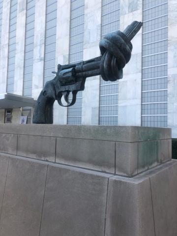 Symbol der Gewaltlosigkeit von Carl Fredrik Reuterswärd